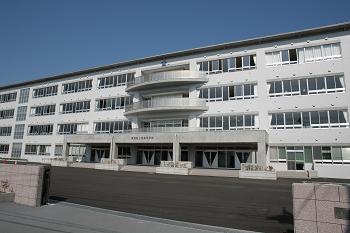 6年前に建て替えたばかりということでとってもきれいで素敵な校舎でした (写真は学校のホームページから)